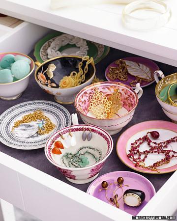 Çekmecelerinize ufak, desenli kase ve tabaklar yerleştirerek dev bir mücevher kutusu yaratmış olursunuzç