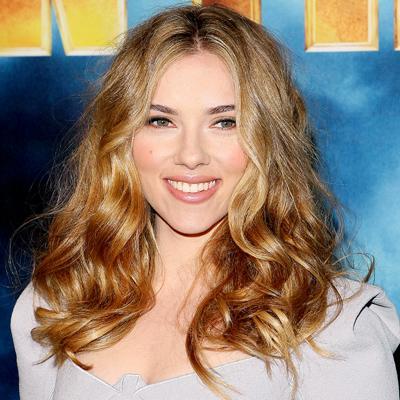 """Parlaklığı sonradan verin  """"Makyajımda her zaman mat baz üzerine parlak uygulamaları tercih ediyorum.""""  Scarlett Johansson"""