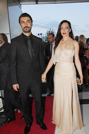Akyürek, bu fotoğrafın çekilmesinden sadece bir kaç hafta önce Jolie'nin Cannes Film Festivali'ndeki görüntüsünü neredeyse birebir taklit etmişti..