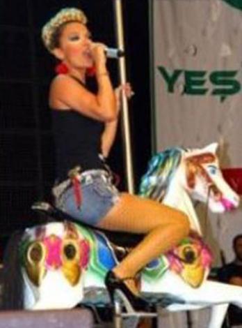 Atlıkarınca'da şarkı söyleyen Demet Akalın kimi hatırlattı size...