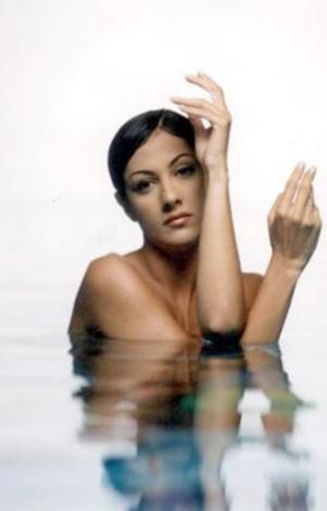 Meltem Cumbul, çıkardığı albümün kapağında tıpkı Ar gibi, havuzda poz verdi.
