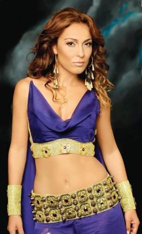 Ziynet Sali de dünyaca ünlü şarkıcı ve oyuncu Jennifer Lopez'e ikizi kadar benziyor.