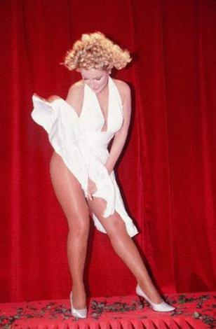 Yeryüzünde Marilyn Monroe'ya benzemeye çalışmayan sanatçı yok gibi..   Seda Sayan da onlardan biri.