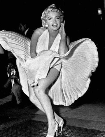 Monroe'nun Yaz Bekarı (Seven Year Itch) filmindeki bu sahnesi öyle çok sanatçı tarafından taklit edildi ki.