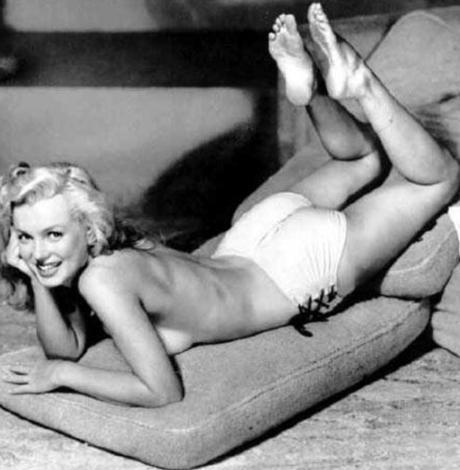 Ve pozun orijinalinde Monroe.