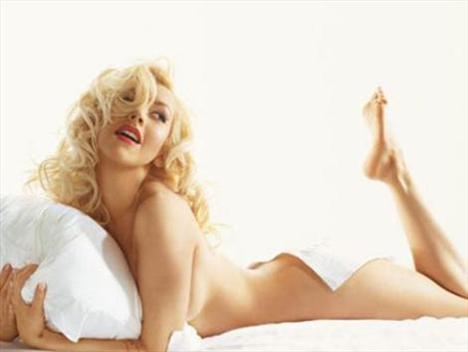 Christina Aguilera da Monroe'nun efsane pozlarına kayıtsız kalmamış.