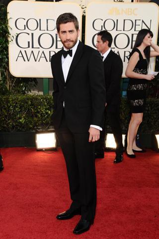 Jake Gyllenhaal takım elbisesini papyonla tamamlamış