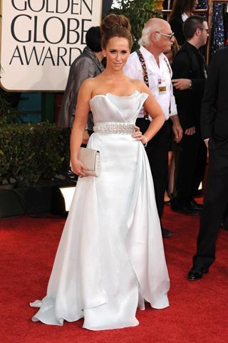 Jennifer Lowe Hewitt belinde taş detayı olan beyaz elbisesiyle