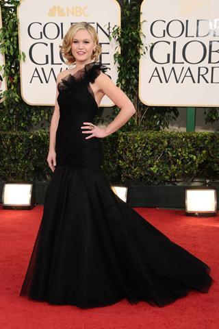 Julia Stiles siyah uzun elbisesiyle