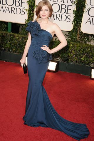 Amy Adams portföy çantasıyla kombinlediği tek omuz elbisesiyle