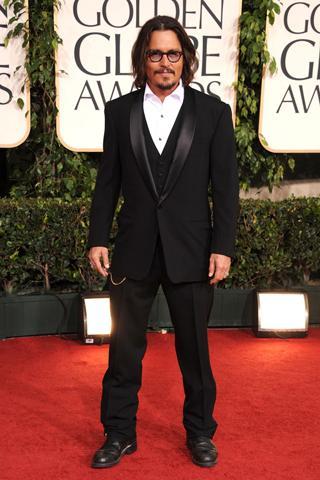 Johnny Depp yelekle tercih ettiği siyah takım elbisesiyle