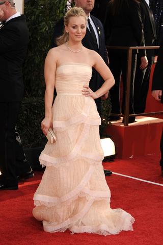 Kelly Cauco etek kısmı kat kat olan straplez elbisesiyle