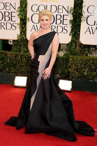 Kelly Ossbourne tek omuzlu siyah uzun elbisesiyle