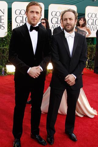 Ryan Gosling papyonla kombinlediği siyah takım elbisesiyle