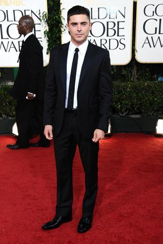 Zac Efron siyah takım elbisesiyle