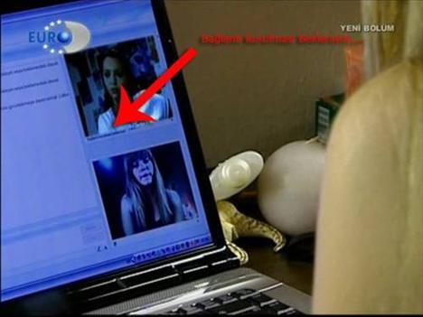 Kavak Yelleri dizisinin bir bölümünde, MSN'de görüntülü konuşma yapılıyor.   Ama daha bağlantı kurulmadığı halde görüşme çoktan başlamış.