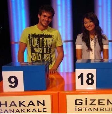 Ekranın heyecanla izlenen yarışmalarından Var mısın Yok musun stüdyosu da iki gencin kalplerine aşk tohumlarının atıldığı yer oldu.