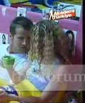 Kimi zaman yarışma evinde bir köşeye çekilip başbaşa sohbet ederken kameralara takıldılar.   Ama yarışma bittikten kısa bir süre sonra aşkları da bitti.