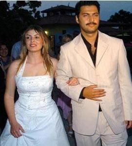Aslında onlar bir evlilik programının yarışmacılarıydı. Yani onlardan beklenen birbirlerine aşık olup evlenmeleriydi.   Ama Tülin Koca ve Caner Toygar hiç bitmeyen uzadıkça uzayan bir öykünün kahramanı oldular.  Her an birbirleriyle evlenecek gibi görünüp sonra kavga ettiler. Sonuçta ikili evlenmedi.  Tülin ve Caner kısa bir süre şöhretin tadını çıkardıktan sonra unutuldular.
