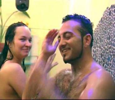Yarışmacılardan Sinan ile Doreen, birbirlerinden hoşlandılar ve kameralara aldırmadan duşta birlikte oldular.