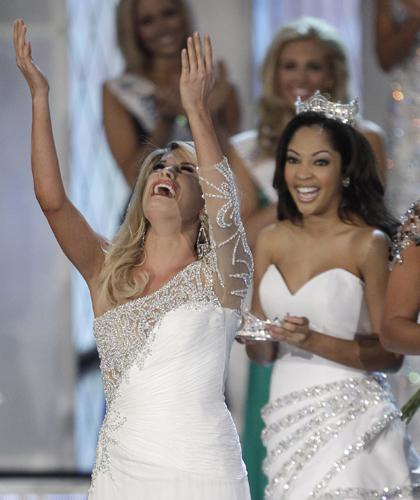 Las Vegas'ta düzenlenen yarışmada Nebraska eyalet güzeli Scanlan, birbirinden güzel 52 adayı geride bırakarak birincilik tacını taktı.