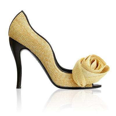 Roger Vivier Nouvelle Vague topuklu ayakkabılar  Ocak ayı için hasır garip bir tercih gibi görünebilir, özellikle de kış ayları için deri ve süet bu kadar popülerken. Fakat bu ayakkabının minimalist kıvrımları ve açık burnuyla çok şık ve dikkat çekici. Ne fazlasıyla sahil ayakkabısı gibi, ne de çok sıkıcı ve klasik görünüyor. İkisinin arasında bir yerde. Bu ayakkabının fiyatı ise; 4.250 dolar.