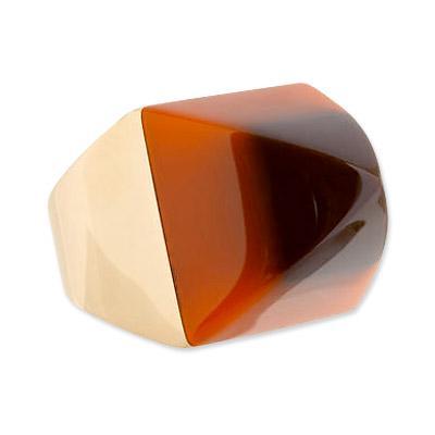 Mark Davis 18karat Altın ve vintage bakalit piramit yüzük  Kocaman, renkli ve olabildiğine cool. Brooklyn kökenli tasarımcı Mark Davis'in tasarladığı bu mükemmel, lüks yüzüğü almak isterseniz, 4.250 doları gözden çıkarmanız gerekiyor.