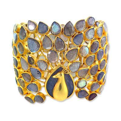 Pippa Small 22K altın ve taşlarla süslü tavus kuşu şeklinde bileklik  Lüksün görsel olarak karşılığı bu olsa gerek. Tavus kuşunun görkemli görünümü ve altının lüksünü bir araya getirince ortaya bu mükemmel tasarım çıkıyor. Pippa Small'ın bu muhteşem tasarımı ise 22.500 dolar.