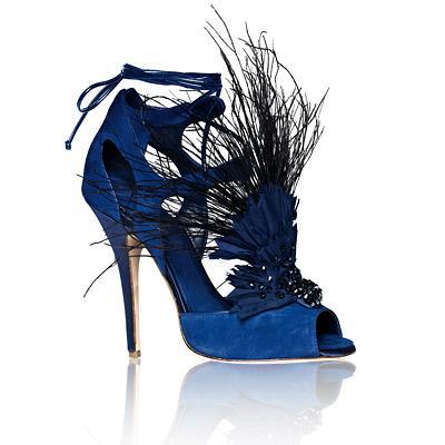 Donna Karan New York Bird of Paradise gladyatör sandaletler  1.390 dolar değerindeki bu mavi, seksi gladyatör sandaletler en favori lüks eşyalarımız arasında…