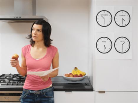 -Gün içerisinde öğün atlamayın… Gün içerisinde 3 saatten uzun aç kalmanız, kan şekeri dengenizi bozacağından ötürü kendinizi buzdolabının önünde bulma ihtimaliniz artar. Bu nedenle az ve sık beslenmeye ve günde 3-4 saatten uzun aç kalmamaya özen göstermelisiniz.