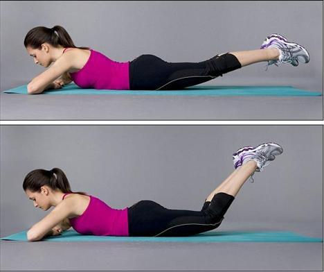 2. Adım - Egzersiz    Yüz üstü yatın ve bacaklarınızı kaldırın. Ayaklarınız resimde gördüğünüz gibi yerden birkaç santim yukarda olacak. Bacaklarınızı dizlerinizi yerde tutarak bükün ve ayaklarınızı birkaç saniye bu pozisyonda tutun. Bu süreyi zamanla 15 saniyeye kadar çıkarın. Yavaşça dizlerinizi düzleştirin, bacaklarınızı yere koyun ve aynı hareketi tekrarlayın.