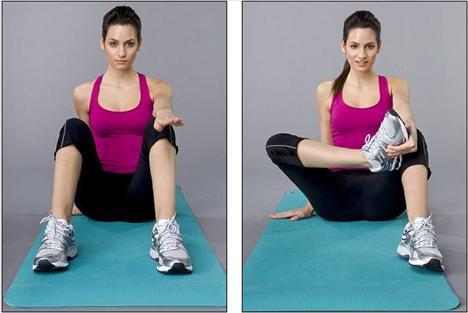 2. Adım - Egzersiz   Sırtınızı dik tutarak yere oturun ve bacaklarınız ayrı olacak şekilde kendinize doğru çekin. Sol kolunuzu dizinizin üzerine doğru uzatın, diğer elinizi de yerden destek almak için kullanın. Sağ ayağınızı sol elle beş saniye boyunca tutun ve bunu 5 kez tekrarlayın. Sonra tersini diğer kolunuz ve ayağınız ile yapın.