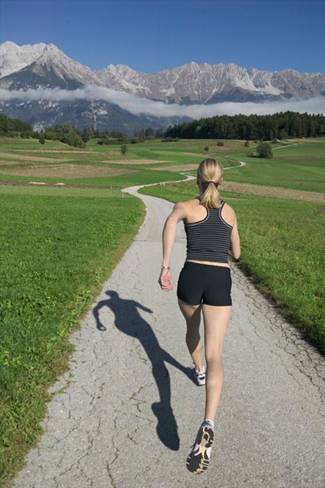 Egzersizlere başlamadan önce kaslarınızı açacak hareketler yapmayı ve yürüyüşe uygun ayakkabılar seçmeyi de unutmamalısınız.  Duruşunuz da önemli, omuzlarınız geride olmalı ve çeneniz yukarı bakmalı. Kollarınızın salınmasına izin verin. Koşmanıza gerek yok ama normalden daha hızlı yürümelisiniz.   Bacaklarınızı mümkün olduğu kadar açın, bu dış ve iç kalçalarınızın çalışmasını sağlar. Bacaklarınız ağrımaya başlar ya da nefesiniz kesilirse yavaşlayın. Başınız dönerse durun. Uzun süredir spor yapmıyorsanız ilk başta güçlük çekebilirsiniz ama vazgeçmeyin.