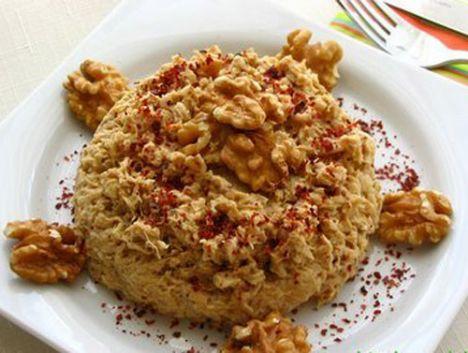 Çerkez Tavuğu  Malzemeler  1 bütün tavuk  250 gr ceviz ½  tatlı kaşığı biber salçası ½  tatlı kaşığı karabiber 1 tatlı kaşığı pul biber 5-6 diş sarımsak ½  bayat ekmek veya 150-200 gr galeta unu  Hazırlanışı  Bütün tavuk haşlanır. (Haşlama suyuna 2-3 bütün soğan ve yeşil biber atılabilir.) Haşlandıktan sonra tavuk ayıklanır ve didiklenir. Üstüne, kalan tavuk suyundan 1 bardak su (suyunu kendiniz ayarlayabilirsiniz), galeta unu, pul biber, karabiber, ceviz, biber salçası eklenerek yoğrulur. Bir müddet bekledikten sonra servise sunulur.