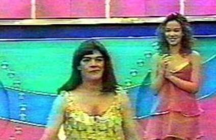 Kendisini program hosteslerine benzeterek mini elbise giyen ve peruk takan Güner Ümit uzun süre konuşuldu.