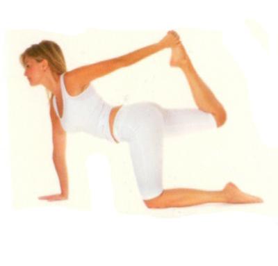 Vyaghrasana varyasyon •Avuçlarınızın ve dizlerinizin üzerinde emekleme pozisyonu alın. Nefes alırken sağ bacağınızı arkaya ve yukarıya kaldırın, sırtınızı içbükey şekle sokarak başınızı kaldırın ve yukarıya bakın.  •Karnınızı şişirin ve akciğerlerinizi tamamen havayla doldurun.  •Nefes verirken, sol kolunuzu yerden kaldırın ve sağ ayak bileğinizi tutun.  Hareketin simetrisini diğer yöne de tekrarlayın.