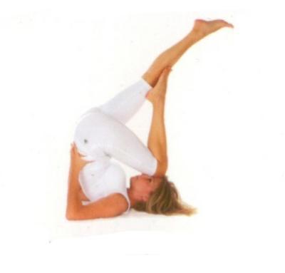 Sarvangasana2 •Sarvangasana 1 deki gibi pozisyon alın.  •Nefes alırken, bacaklarınızı bir arada düz tutarak yere paralel oluncaya dek yavaşça indirip başınızın üzerine getirin. Kalça ve bacak kaslarını gergin olarak tutun.  •Nefes verirken, sağ bacağınızı bükerek sol dizinizi alnınızın üstüne yerleştirin ve sağ ayağınızı sol bacağınızın üstüne koyun.