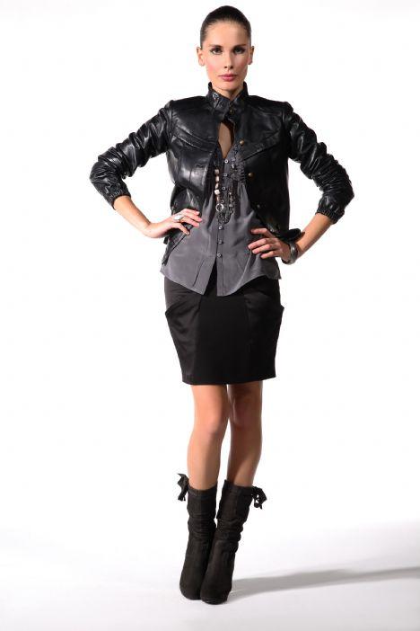 Deri mont modası hiç geçmeyen hem kadın hem de erkek modasında fazlasıyla trend olan dış giyimlerdendir.