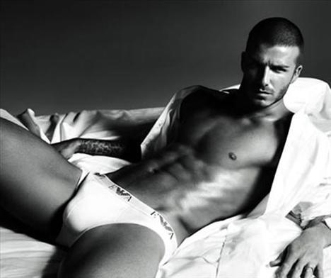 David Beckham'ın üstsüz olması büyük bir haber değil elbette ama tanıttığı Emporio Armani iç çamaşırları da hayal gücüne pek şans tanımayan nitelikte...