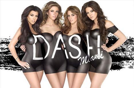 Khloe Kardashian ve Kourtney Kardashian kardeşler, iki çalışanları ile Miami bulunan kendi butikleri Dash için soyundu.