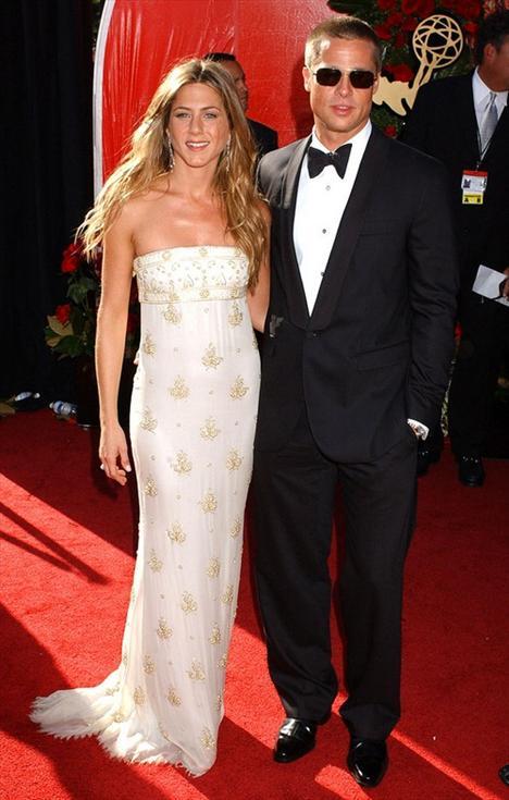 Brad Pitt ve Jennifer Aniston  Bir zamanlar Hollywood'un en gözde çifti onları bu mutlu fotoğraf sararmaya yüz tuttu ama ünlü aşkları deyince akla hala onların rengarenk ve gıpta ettiren ilişkisi geliyor. Brad ve Jennifer 1998 de ajanslarının ayarlığı bir buluşmada tanıştılar. Aslında diğer bir deyişiyle görücü usulüyle birbirlerine ayarlandılar. Daha sonra bir konserde öpüşürken yakalandıklarında herkes bu ilişkinin ne kadar muhteşem olacağını konuşmaya ve doğmamış çocuklarına isimler bulmaya başladı. Fakat bu işin sonu sanıldığı kadar harika bitmedi.