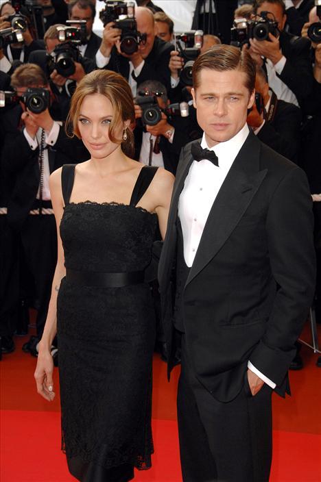 Brad Pitt ve Angelina Jolie  Evet bir önceki kırık aşk hikayesi burada yerini mutlu bir evliliğe bıraktı, Jennifer'ın mutsuzluğu Angelina'nın mutluluğu oldu. 2005'te Mr And Mrs Smith'in çekimlerinde bu harika ikili birbirlerine ilk görüşte âşık oldular ve adeta dünya umurlarında değildi. Aşkları hızla tırmandı, çocuklar peşi sıra geldi hatta getirildi. Ama bu büyük aşk ayrılacakları haberleriyle oldukça yıprandı ve en sonunda dünyanın en beğenilen çifti ayrıldılar.Şimdilerde velayet davası için karşı karşıya gelen ikilinin nasıl bir yol izleyeceği merak konusu oldu.
