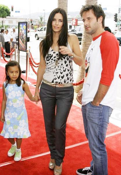 Courteney Cox ve David Arquette  David ve Courteney bir korku filmi projesinde tanıştılar ve bu korku filminden bir aşk doğdu. 1999'da elendiler ve Coco adında bir kızları oldu. Maalesef bu evlilik de geçtiğimiz yıl biten aşklar kervanına katıldı.