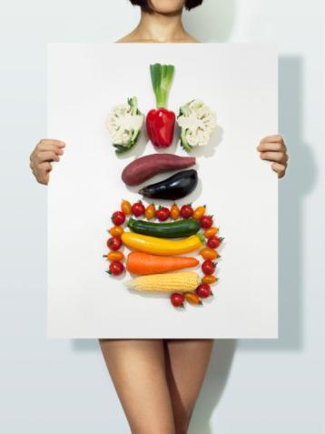 Alınan gıdaların mide de ya da ince bağırsakta en iyi şekilde sağlıklı olarak sindirimi için öncelikle bunların mide asidi ve enzimlerle çok iyi parçalanması gereklidir. Bu sitemin sağlıklı işlemesi için de sıcak ortama ihtiyaç vardır. Gıdaları parçalayacak enzimler sıcak ortamlarda çok iyi fonksiyon görürken soğuk ortamlarda ise görevlerini tam yapamazlar. Besinler tam parçalanamaz ve kana geçen moleküller iyi parçalanamadıkları içinde damar lümenlerinde kolesterol ya da yağ zerrecikleri halinde birikirler. Bu ise vücudun hayati bölgelerinde ilerleyen zaman süreci içinde damar hastalıklarının (kalp krizleri, beyin damar hastalıkları gibi) gelişmesine neden olur.