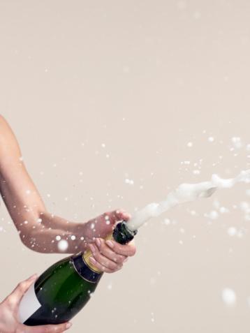 Açılmış şampanyayı köpüğü kaçmadan saklayın  Bir davet sonrasında, kalan şampanyayı saklamak için mantar kapağı kullanmak köpüğün kaçmasını engellemez. Bunun yerine, Fransızlar'ın kullandığı harika yöntemi deneyin: Şişenin ağzını kapamadan, uzun saplı gümüş bir kaşığı, sapı şişenin içine doğru gelecek şekilde yerleştirdikten sonra, buzdolabına koyun. Şampanya, köpüğünü şişe bitene kadar muhafaza edecektir.