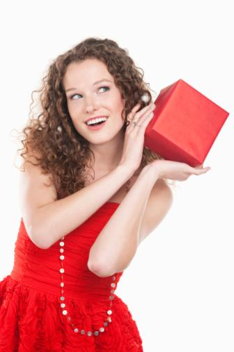 Akşam yemeğinde en mükemmel misafir olun  Kırmızı bir aksesuar kullanın. Beynin kaydettiği ilk renk kırmızıdır. Pahalı olmayan bir çerçeveyi hediye olarak götürün. Davet sırasında fotoğraflar çekin ve daha sonra bastırdığınız birkaç fotoğrafı bir notla birlikte ev sahibine gönderin. Son olarak, davete mutlaka zamanında gidin.