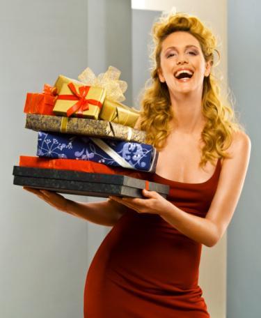 Size gelen bir hediyeyi bir başakasına hediye edin  Bunu güneş sistemi gibi düşünün: Yaydığınız sıcaklık, sosyal yörüngenizin en uzak noktasına kadar ulaşmalıdır.   Bunu yapmayı sakın erkek arkadasınız, aileniz, patronunuz veya yakın arkadaşlarınız gibi yakın çevreniz için düşünmeyin.   İş arkadaşları, tanıdıklar ve sevgilinizin ailesinden oluşan ikinci halka için, eğer size hediyeyi veren ile hediyeyi vereceğiniz kişinin karşılaşması mümkün değilse durum güvenlidir.   Size verilmiş bir hediyeyi en uzak halkaya (gittiğiniz partinin bir daha görmeyeceğiniz ev sahibi, kuaförünüz gibi) korkusuzca hediye edebilirsiniz.