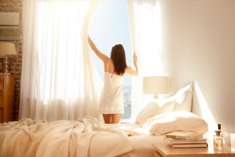 Güne zinde başlayın  Herhangi bir lambaya takabileceğiniz, standart bir zamanlayıcı alın ve lambayı normal uyanma saatinizden yarım saat öncesinde açılacak şekilde ayarlayın. Işık, bedeninizin uyanmasını sağlayan doğal kimyasalları düzenler. Bu yeni düzene alışana kadar uyuyakalmamak için alarmınızı da kurabilirsiniz.
