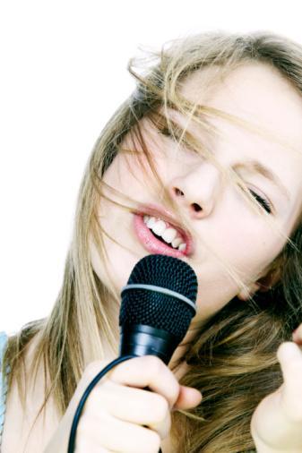 Karaoke'de yıldızınız parlasın  Sahneye çıkın. Şarkıya yüksek bir tondan başlayın (beceremeseniz bile) ve sizin için seçtiğimiz şarkıları dikkate alın.
