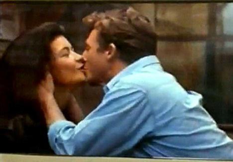 Reklamda sevgilisini öpücüklere boğan Zeta-Jones, filmin sonunda trene binerek kocasını terk ediyor.